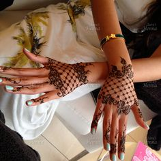 Explore Best Mehendi Designs and share with your friends. It's simple Mehendi Designs which can be easy to use. Find more Mehndi Designs , Simple Mehendi Designs, Pakistani Mehendi Designs, Arabic Mehendi Designs here. Henna Tattoo Hand, Hand Tattoos, Henna Body Art, Lace Tattoo, Henna Mehndi, Arabic Mehndi, Henna Art, Mandala Tattoo, Henna Hand Designs