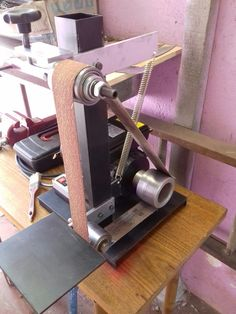 Lixadeira Artesanal Homemade Tools, Diy Tools, Bench Grinder Stand, Diy Belt Sander, Belt Grinder Plans, Knife Grinder, Knife Making Tools, Japanese Joinery, Grinding Machine