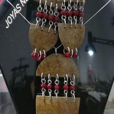 Joyas Artesanales, fabricadas en totumo y plata ley 925, manufactura 100% Colombiana. Christmas Ornaments, Holiday Decor, Home Decor, Law, Silver, Decoration Home, Room Decor, Christmas Jewelry, Christmas Decorations