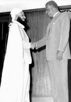 الزعيم جمال عبد الناصر يصافح الامام العُماني غالب بن علي الهنائي