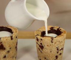 Que delícia tomar um café, um pingado, um cappuccino ou qualquer outra bebida do seu gosto em um copinho de cookie. A ideia é que, ao invés de você degustar aquele docinho que acompanha as bebidas quentes, você coma o copo todinho! Aprenda como faz: || Copinho de Cookie || :: Ingredientes para o cookie :: 125 gramas de manteiga 1/3 xícara de açúcar granulado ½ xícara de açúcar mascavo 1 gema de ovo 2 colheres de chá de extrato de baunilha 2 xícaras de farinha de trigo peneirada ½ colher de…