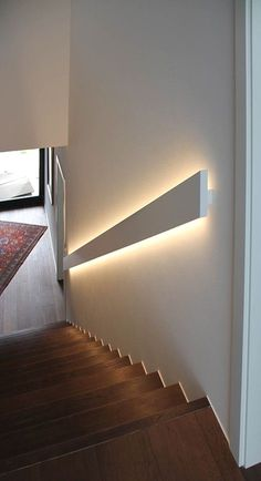 Beleuchtung im Handlauf Lighting in the handrail idea di Tendenza Artisti Stairway Lighting, Home Lighting, Lighting Design, Basement Lighting, Strip Lighting, Staircase Lighting Ideas, Wall Lighting, Vanity Lighting, Interior Lighting