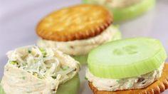 Rezept: Cracker mit Gurke und Schnittlauchcreme