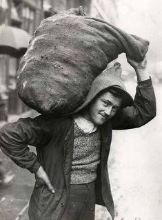 Le Charbonnier, Paris, circa 1934 Eh oui les jeunes, c'est comme cela que l'on nous livrait le charbon à cette époque