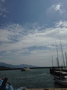 Fishing boat sailing. 岐志漁港  Kishi Fishing port.