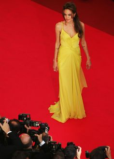 Angelina Jolie Photos - Actress Angelina Jolie attends the premiere for the film 'Ocean's Thirteen' at the Palais des Festivals during the International Cannes Film Festival on May 2007 in Cannes, France. Brad And Angie, Brad And Angelina, Angelina Jolie Photos, Brad Pitt 2014, Jonny Lee Miller, Red Carpet Dresses, Cannes Film Festival, Actresses, Formal Dresses