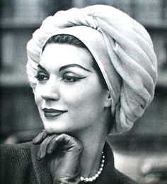 Actualité Couture Automne 1957  Simone d'Aillencourt is wearing a beret by   Jean Barthet, photo Philippe Pottier