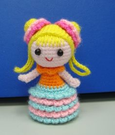Pencil Topper – Little Girl with Bun Hair (Free Amigurumi Pattern) Finished doll high about 7cm.  Pattern here: http://www.flickr.com/photos/68857812@N07/6330598359/   (scroll down)