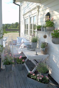Ein Balkon ganz in weiß gehalten mit einem Tagesbett zum gemütlichen Entspannen.