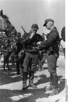 Sowjetunion Sommer 1942 SS-Kavallerie-Division, Reiter während einer Marschpause beim Rauchen
