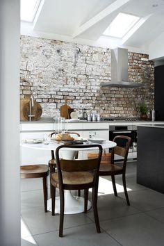 Moderne Küche mit minimalistischem Design und Tapete mit rauem Look
