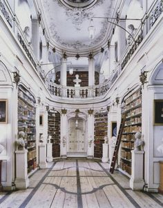 De Nooy interieur & exterieur Voorthuizen Herzogin Anna Amalia-Bibliothek Weimar II, 2004 by Candida Höfer Belle Library, Dream Library, Grand Library, Future Library, Library Design, Future House, My House, Beautiful Library, Home Libraries