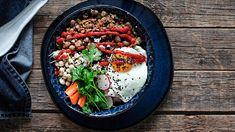 Härkäpapukulho on helppoa arkiruokaa ja näppärä napata töihin evääksi. Kukkakaali-kvinoa ja kotimainen härkäpapu taipuvat myös aasialaiseen makumaailmaan. (Kotiliesi) Ethnic Recipes, Food, Essen, Meals, Yemek, Eten