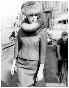 Ina Balke vestindo um terno por Forquet, Florença, Itália, 1963. Foto por Regina Relang.
