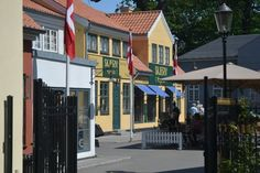 KORSBÆK: Korsbæk på Bakken blev sidste år den nyeste attraktion i verdens ældste forlystelsespark. I Korsbæk kan man komme på en rejse rundt i forfatteren Lise Nørgaards univers, hvor der er genskabt et kulturhistorisk billede af en mindre provinsby i 1930'ernes Danmark i den populære TV serie Matador. #Bakken #Matador #Korsbæk