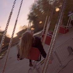 karuselės ramiam pavasario vakare. tokio pavasario, kurio vakarais norisi suptis karuselėse, bet naktim norisi nebūt kieme.