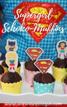 Sucht Ihr noch was für den nächsten SUPERGIRL - Kindergeburtstag? Wie wäre es mit diesen Schoko - Muffins, die nicht nur irre schnell gemixt, sondern auch super-fluffig sind. Damit punktet Ihr bei den Kids auf alle Fälle. Sowohl im Thermomix®️, als auch mit dem Rührgerät im Nu gemixt. Ein Hoch auf die DC SUPER HERO GIRLS! #muffins #DCSuperHeroGirls #GirlPower #WarnerBros -Werbung-