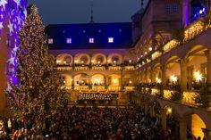 Es sind mehr als 24 Türchen, die sich am 23.11. öffnen werden: Um 17 Uhr öffnen die Stände des Stuttgarter Weihnachtsmarkts erneut im Innenhof des Alten Schlosses ihre Türen und Fenster. Mehr unter: http://stuttgarter-weihnachtsmarkt.de/de/allgemein/feierliche-eroeffnung/   Foto: in.Stuttgart/Fotograf