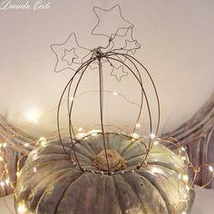 Handmade wire cloche with stars for your muffins or cookies. Campana decorativa in fil di ferro,una volta stellata per presentare muffins e dolcetti