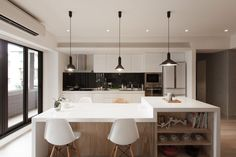 Smart kitchen island in wood with a white countertop