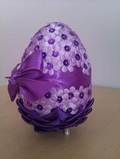 26 Christmas Balls, Christmas Crafts, Christmas Ornaments, Easter Projects, Easter Crafts, Easter Table, Easter Eggs, Fabric Ornaments, Egg Art