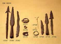 Hauta 317: Rautainen hevosenkenkäsolki, jossa on takaisinpäin taivutetut päät, pyöreätä varrasta. Löytö 1500, pl. 236, sijainti 102,47 / 84,09.