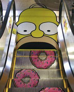 Criativa ação em escada rolante com os #simpsons.