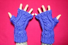 MORE VIDEO TUTORIALS HERE: http://www.youtube.com/user/TuteateTeam This step-by-step tutorial shows you how to loom knit a pair of fingerless mittens with ca...