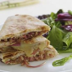 Turkey and Balsamic Onion Quesadillas.Not your traditional quesadilla, these feature deli turkey and Cheddar cheese, along with onions. Low Calorie Dinners, Low Calorie Recipes, Healthy Recipes, Healthy Meals, Healthy Suppers, Healthy Food, Healthy Weight, 21 Day Fix, Quesadillas