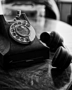 Black and White Vintage Photography: Take Photos Like A Pro With These Easy Tips – Black and White Photography Vintage Phones, Vintage Telephone, Black N White, Black And White Pictures, Gravure Photo, Walpaper Black, Applis Photo, Old Phone, Black And White Aesthetic