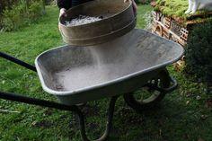 Utiliser de la centre de bois au jardin pose souvent question : peut-on la mettre au compost, l\'épandre sur la pelouse, au potager, au pied des rosiers ? Est-un bon anti limace ? Découvrez comment utiliser les cendres, simplement, en 10 questions - réponses !