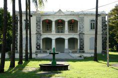 Maison Gran'Cour Ecole Franco Chinoise - Légèrement postérieure à la fin de la Compagnie, l'architecture de la demeure est néanmoins fortement marquée par cette époque : on a transposé à Bourbon le style de Pondichéry, principal comptoir français aux Indes.