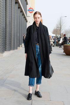 Lungo cappotto stile mantello e un jeans sopra la caviglia. Da copiare? La camicia dentro i pantaloni e i mocassini con fibbia e frange.  -cosmopolitan.it