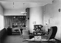 Chic shops for Leerdam glass Leather Furniture, Vintage Furniture, Furniture Design, Bauhaus Building, Wassily Chair, Walter Gropius, Ludwig Mies Van Der Rohe, Vintage Space, Modern Aesthetics
