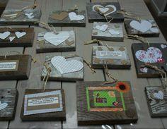 Kleine schilderijtjes van restjes hout, beplakt met harten van krantenpapier en karton. Leuk als kadootje, met een goeie quote erop!
