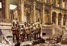 1909 yılında çıkan yangında hasar gören Çırağan Sarayı önünde hatıra fotoğrafı çektiren İşgal kuvveti askerleri