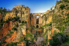 La ville de Ronda est située en Andalousie. Elle est célèbre notamment pour son Pont-Neuf qui franchit à près de 100 mètres du vide le Guadalquivir lequel scinde la ville en deux.  ©  © tonisalado - Fotolia.com http://www.linternaute.com/