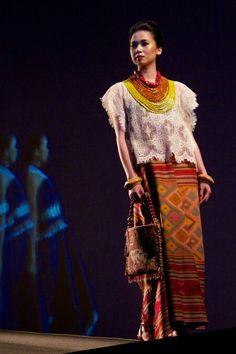 Edward Hutabarat Batik Fashion, Ethnic Fashion, Hijab Fashion, Asian Fashion, Blouse Batik, Batik Dress, Kimono, Traditional Fashion, Traditional Outfits
