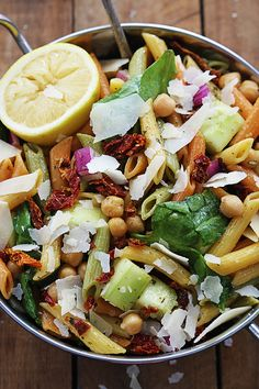 Greek Pasta Salad Tender penne pasta with spinach, parmesan, veggies, all tossed in a light and super flavorful greek dressing! It's such a crowd pleaser, everyone will beg you for the recipe! Greek Recipes, New Recipes, Vegetarian Recipes, Favorite Recipes, Healthy Recipes, Healthy Foods, Pasta Recipes, Salad Recipes, Cooking Recipes