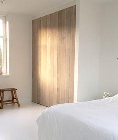 Slaapkamer inspiratie | Houten inbouwkast in witte slaapkamer voor warmte