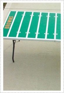 Score a touchdown with Dad by personalizing a table with the name of his favorite team. Perfect for tailgating! #FathersDay #diy