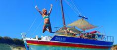 Zorbas boottocht Kreta Griekenland:De zon staat weer hoog aan de hemel, geen wolk te bekennen boven Kreta en de temperatuur loopt snel op. Ondanks dat het al september is, lijkt het op Kreta wel of het weer hoogzomer is. Hoogste tijd om verkoeling te zoeken op het water. De Zorbas boot komt ons halen om