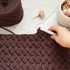 """286 Me gusta, 14 comentarios - Selam, ben AYdan (@hobi_mavi) en Instagram: """"Merhaba herkese.. Okul sonu yaklaşırken çocukların etkinlikleri ve toplantılarıyla uğraşıyorum bi…"""" Crochet Purses, Handmade Bags, Farm Crafts, Crochet Carpet, Crochet Home, Diy Crochet, Crochet Stitches Patterns, Knitting Stitches, Crochet Pillow"""