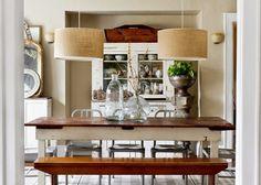 styl klasyczny, białe wnętrza, shabby chic, bielone meble, jadalnia, stary kredens, bielone meble, stół, ława