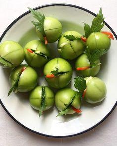 Kovászolt zöldparadicsom lestyánnal és csilivel   Chili és Vanília Preserves, Vegetables, Fruit, Food, Cilantro, Preserve, Essen, Preserving Food, Vegetable Recipes