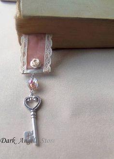 Marcador de página exclusivo da Dark Angell Store, criado em fita larga de veludo pessego, renda marfim, chave e murano italiano fazem o diferencial desta linda peça.