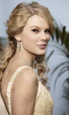 Singer/songwriter Taylor Swift arrives at The 41st Annual CMA Awards at the Sommet Center on November 7 2007 in Nashville Tennessee