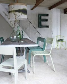 Touches de vert dans le coin repas / Dining area in pastellic shades of green Wood And Metal Table, Piece A Vivre, Floor Colors, Concrete Floors, Coastal Decor, Coastal Bedding, Modern Coastal, Interiores Design, Home And Living
