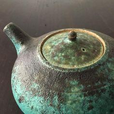 終わったばかりの 境 道一/八田 亨/安達 健  土のうつわ展、引き続き 境 道一さんのうつわをポット 土瓶などを中心にオンラインショップでご覧いただけます。モダンな雰囲気のものから、滋味深い味わいのものまで、薪窯焼成の深い釉調が楽しめます。どうぞご覧ください。  #境道一   #薪窯   #ポット  #土瓶  #織部  #白釉  #灰釉   #黒釉  #sumica栖   #オンラインショップ  #うつわ   #横浜