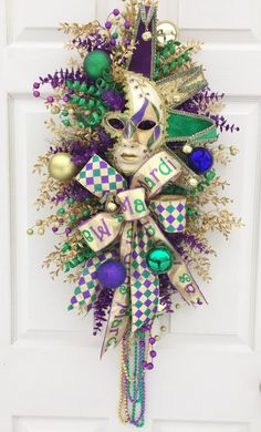 Ready to Ship Measures approximately across x long including the beads) and about deep. Festive carnival mardi gras mask in a sparkly swag. Carnival Booths, Diy Carnival, Carnival Masks, Mardi Gras Carnival, Mardi Gras Centerpieces, Mardi Gras Decorations, Mardi Gras Outfits, Mardi Gras Costumes, Mardi Gras Wreath